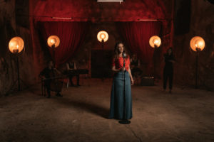 Nina Pušlar predstavlja video za pesem 'Tople oči'
