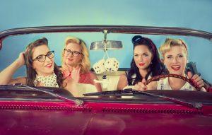 Kabriolet, dekleta in veter v laseh v novem videospotu: »Nina«