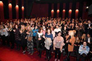 Več kot tri minute trajajoče stoječe ovacije in smeh do solz na premieri prvega slovenskega stand – up muzikala Tako ti je, mala v izvedbi Tanje Ribič
